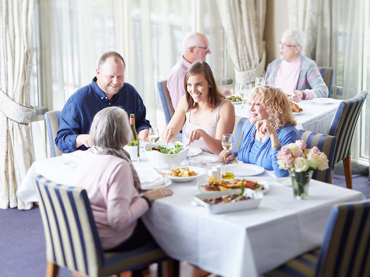Aveo retirement domaine retirement food family dining 1200x900